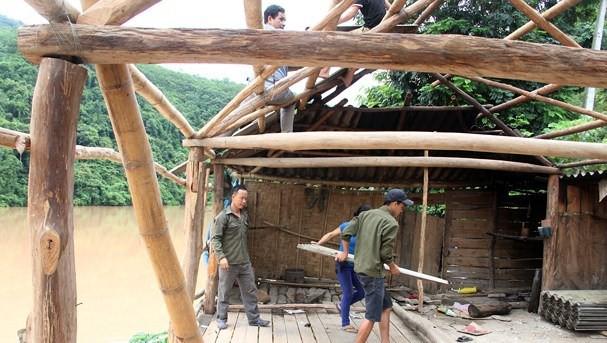 Người dân Nghệ An vội vã tháo nhà di tản khi thủy điện lớn nhất Bắc Miền Trung xả lũ 2