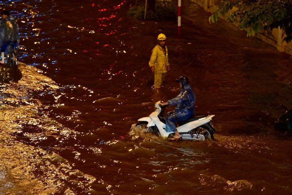 Đang ngập hàng loạt tuyến phố ở Hà Nội, giao thông tắc nghẽn kinh hoàng suốt nhiều giờ 19