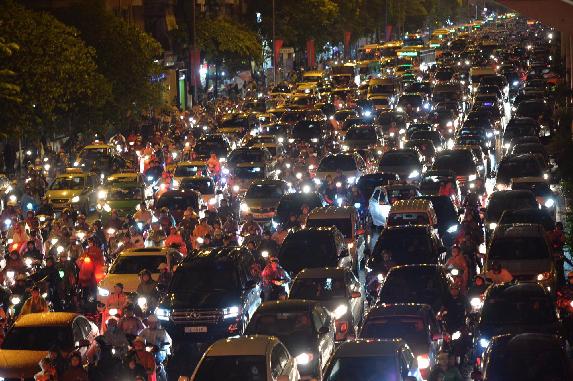 Đang ngập hàng loạt tuyến phố ở Hà Nội, giao thông tắc nghẽn kinh hoàng suốt nhiều giờ 16