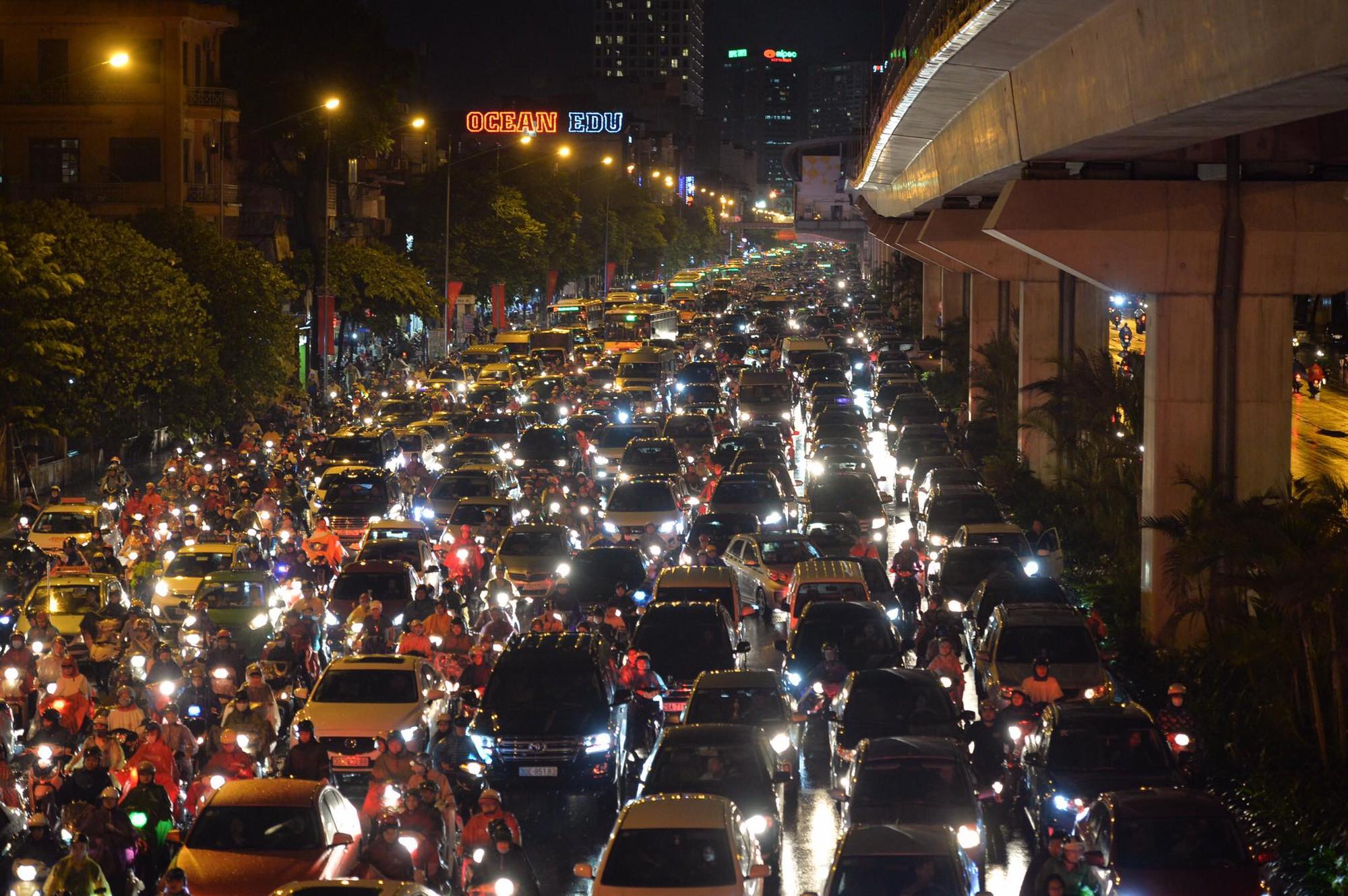 Đang ngập hàng loạt tuyến phố ở Hà Nội, giao thông tắc nghẽn kinh hoàng suốt nhiều giờ 10