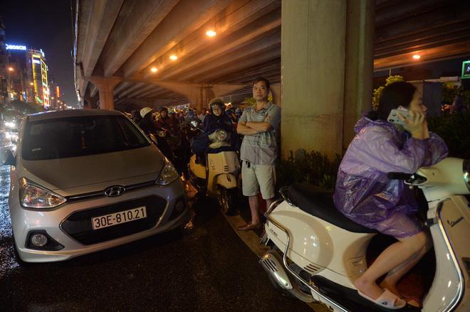 Đang ngập hàng loạt tuyến phố ở Hà Nội, giao thông tắc nghẽn kinh hoàng suốt nhiều giờ 6