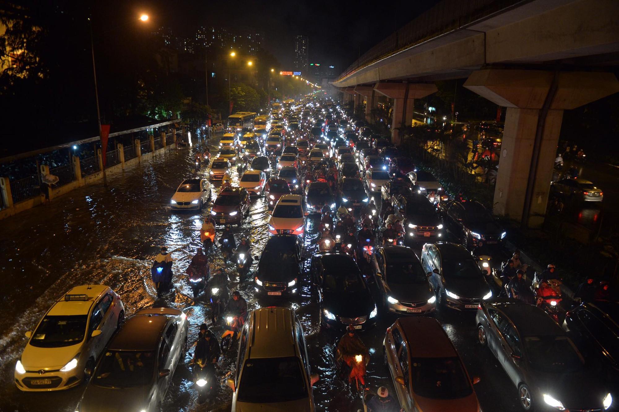 Đang ngập hàng loạt tuyến phố ở Hà Nội, giao thông tắc nghẽn kinh hoàng suốt nhiều giờ 17