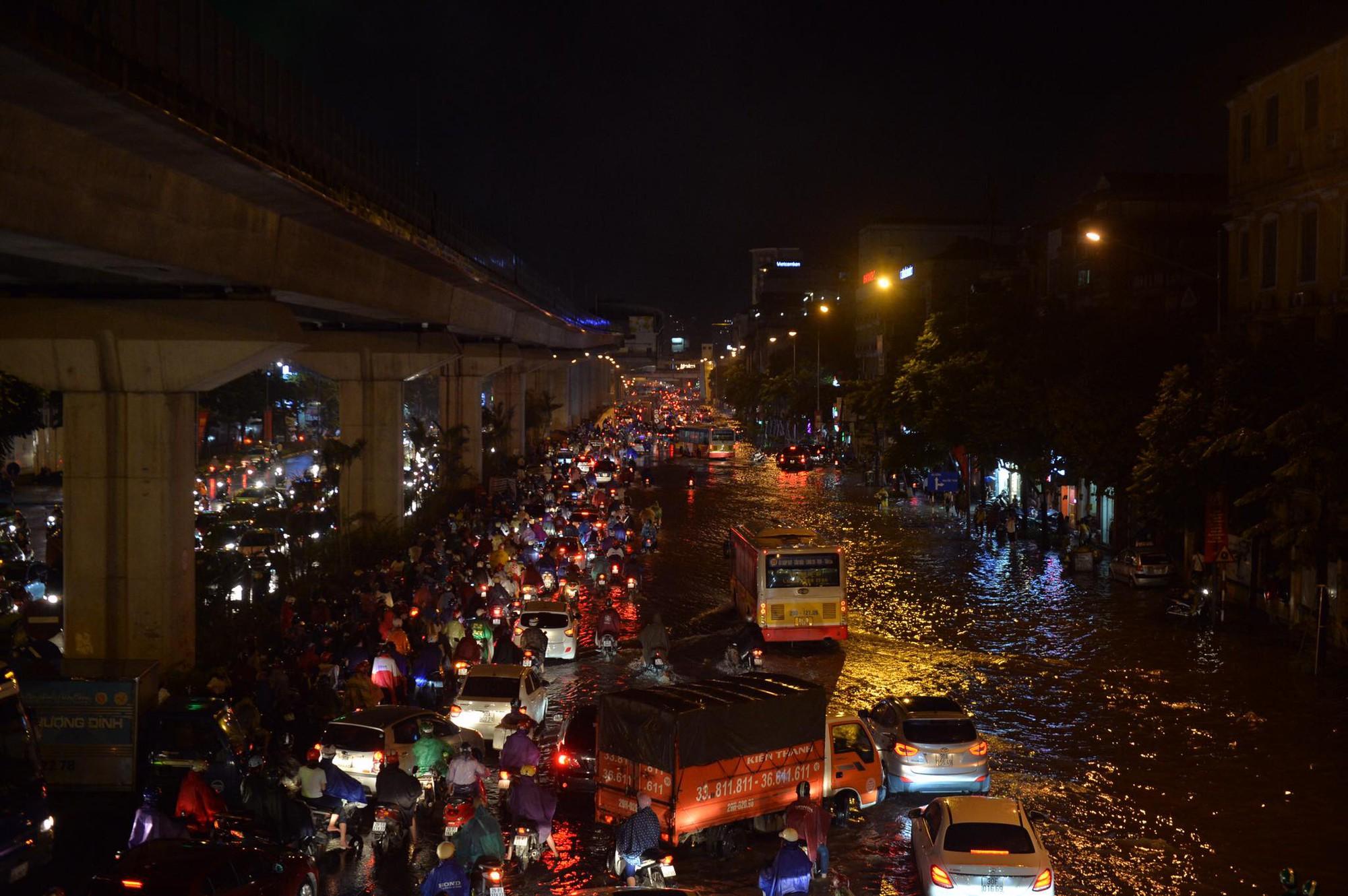 Đang ngập hàng loạt tuyến phố ở Hà Nội, giao thông tắc nghẽn kinh hoàng suốt nhiều giờ 18