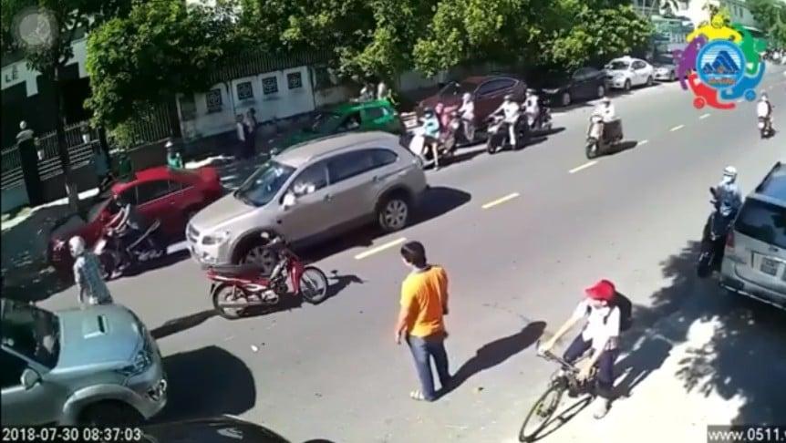 Tranh cãi clip nam thanh niên ngoại quốc lao vào xô đẩy em học sinh sau va chạm trên đường phố 1