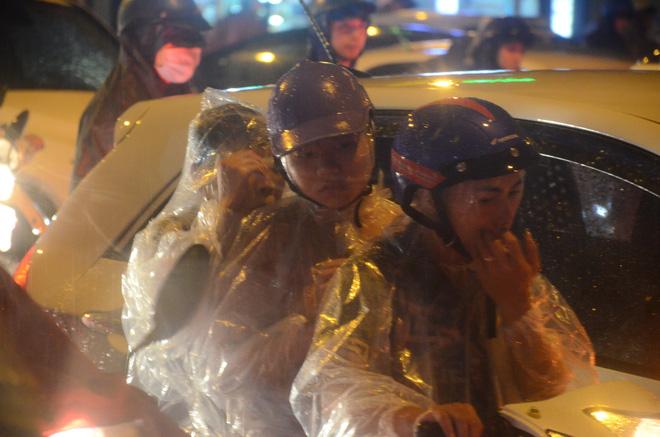 Đang ngập hàng loạt tuyến phố ở Hà Nội, giao thông tắc nghẽn kinh hoàng suốt nhiều giờ 9