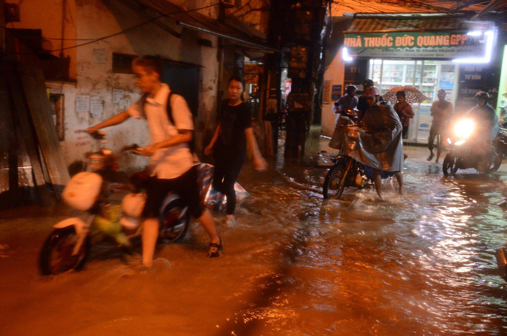 Đang ngập hàng loạt tuyến phố ở Hà Nội, giao thông tắc nghẽn kinh hoàng suốt nhiều giờ 11
