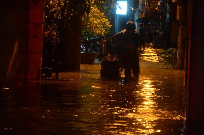 Đang ngập hàng loạt tuyến phố ở Hà Nội, giao thông tắc nghẽn kinh hoàng suốt nhiều giờ 14
