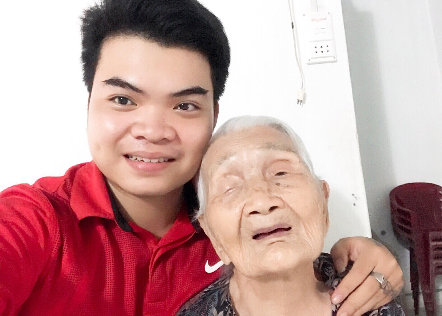 Cụ bà 98 tuổi vẫn mê xem đấu vật WWE, đặc biệt hâm mộ John Cena vì