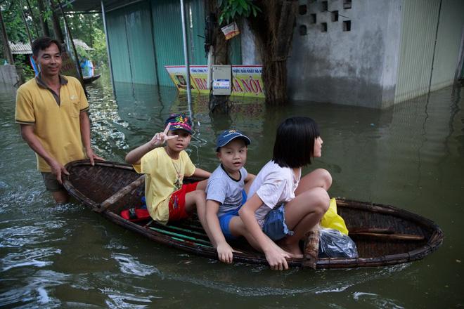 Nội thành Hà Nội 'thoát' ngập sâu sau nhiều ngày lo lắng, đê tả Bùi hạ báo động vỡ, tràn 3