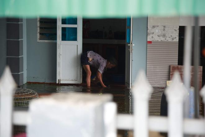 Nội thành Hà Nội 'thoát' ngập sâu sau nhiều ngày lo lắng, đê tả Bùi hạ báo động vỡ, tràn 12