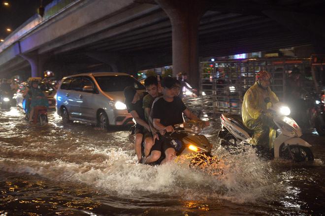 Cơn mưa lớn biến hàng loạt tuyến phố ở Hà Nội trở thành 'sông', giao thông tê liệt suốt nhiều giờ 2