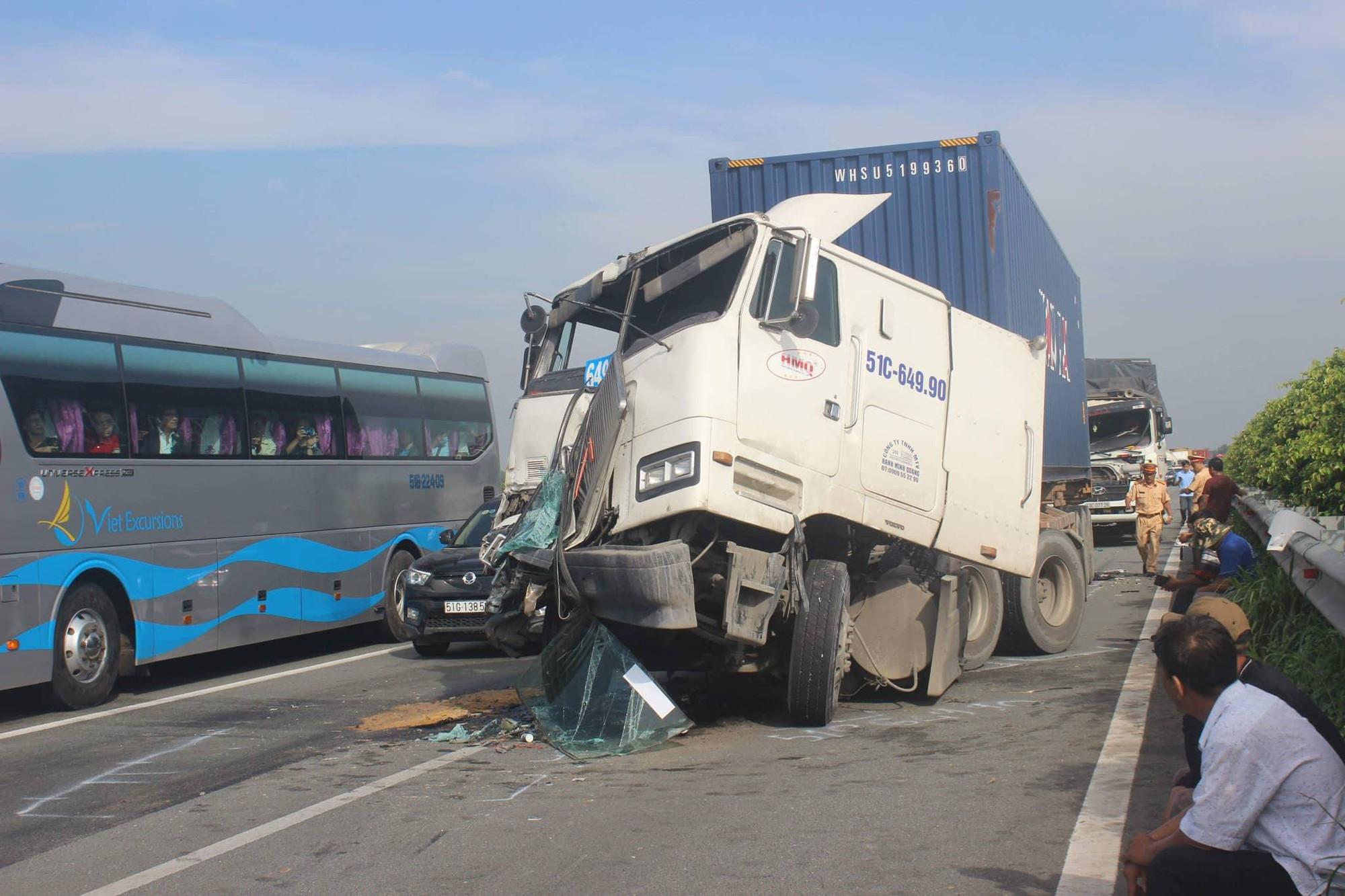 Tai nạn liên hoàn trên cao tốc TP HCM-Long Thành, kẹt xe nghiêm trọng trong buổi sáng 2