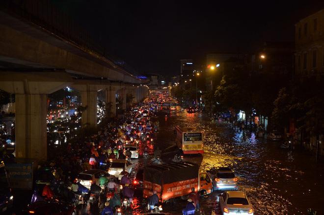 Cơn mưa lớn biến hàng loạt tuyến phố ở Hà Nội trở thành 'sông', giao thông tê liệt suốt nhiều giờ 15