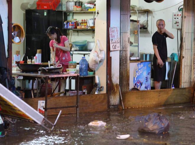 Cơn mưa lớn biến hàng loạt tuyến phố ở Hà Nội trở thành 'sông', giao thông tê liệt suốt nhiều giờ 18