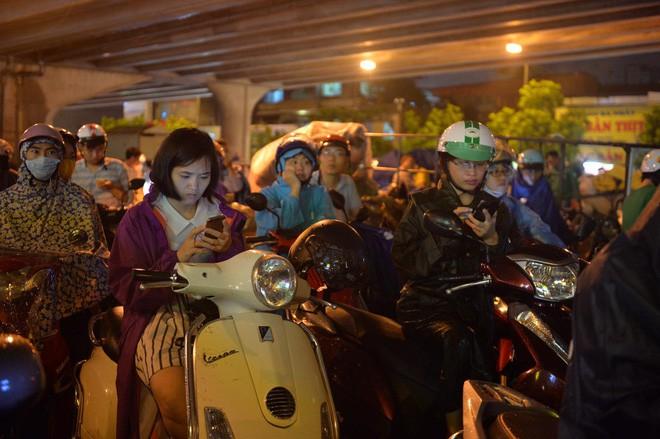 Cơn mưa lớn biến hàng loạt tuyến phố ở Hà Nội trở thành 'sông', giao thông tê liệt suốt nhiều giờ 4