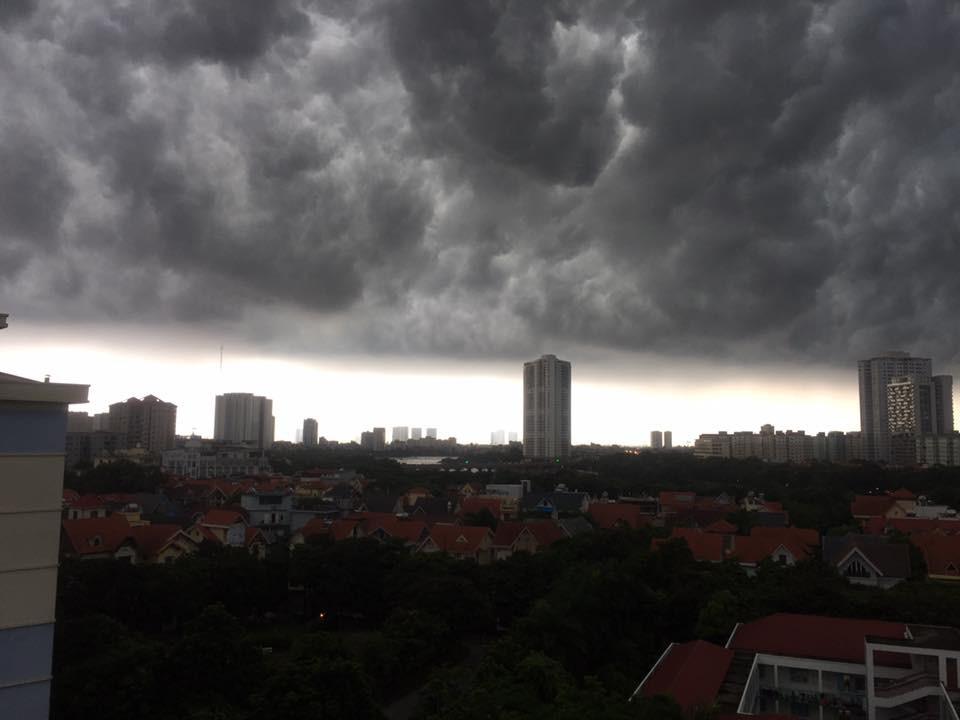 Hà Nội: Mây đen phủ kín bầu trời như trong phim viễn tưởng 5