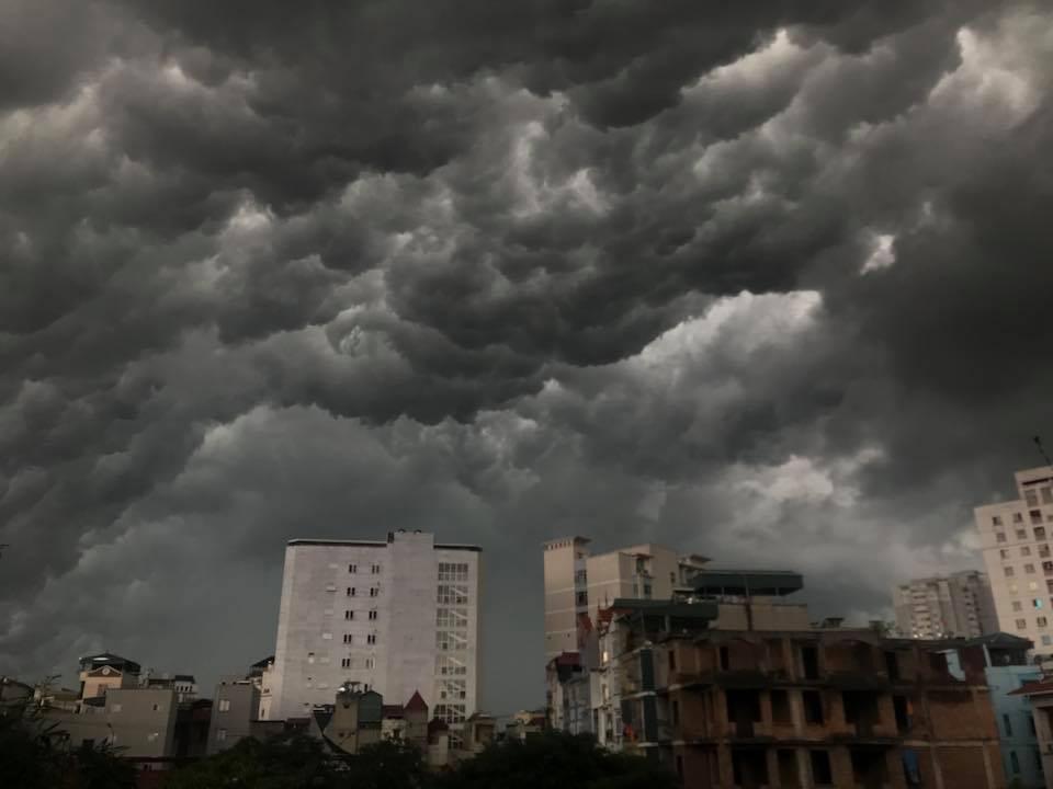Hà Nội: Mây đen phủ kín bầu trời như trong phim viễn tưởng 15