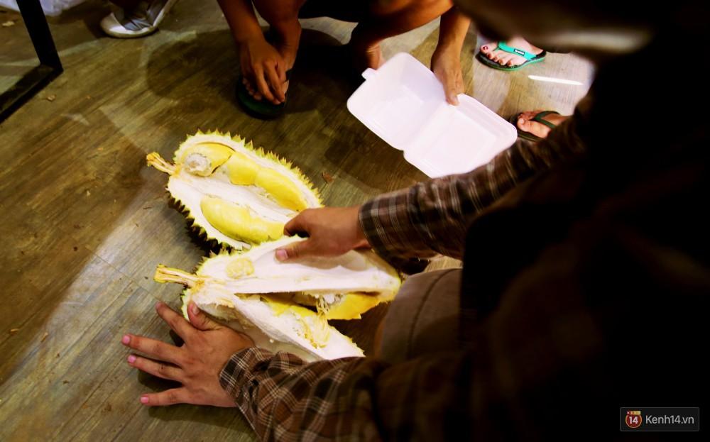 Chuyện lạ ở Sài Gòn: Đội nắng xếp hàng mua sầu riêng, ăn xong phải trả lại hạt để lấy tiền cọc 14