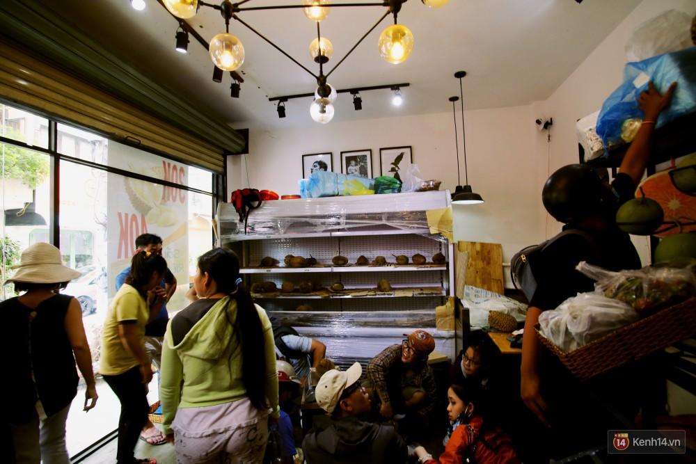 Chuyện lạ ở Sài Gòn: Đội nắng xếp hàng mua sầu riêng, ăn xong phải trả lại hạt để lấy tiền cọc 23