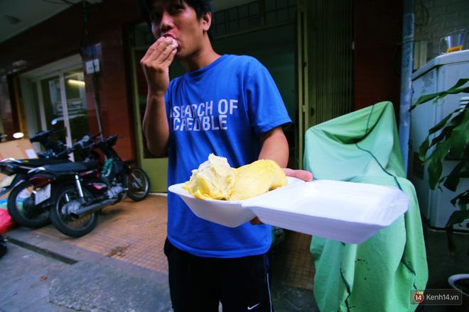 Chuyện lạ ở Sài Gòn: Đội nắng xếp hàng mua sầu riêng, ăn xong phải trả lại hạt để lấy tiền cọc 18