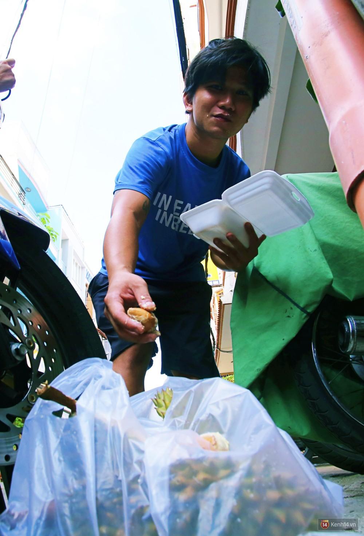 Chuyện lạ ở Sài Gòn: Đội nắng xếp hàng mua sầu riêng, ăn xong phải trả lại hạt để lấy tiền cọc 19