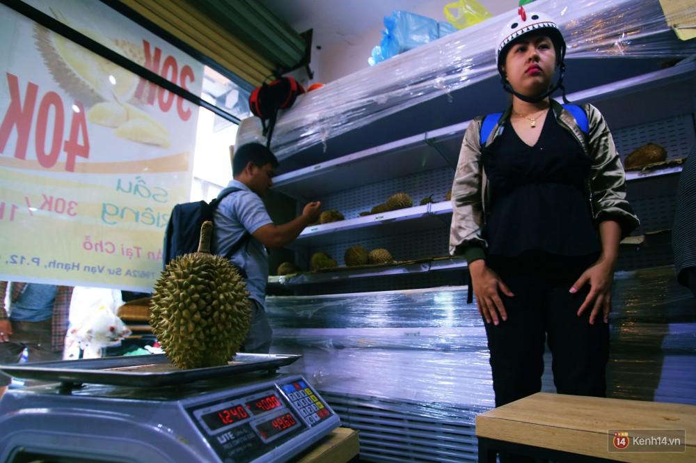 Chuyện lạ ở Sài Gòn: Đội nắng xếp hàng mua sầu riêng, ăn xong phải trả lại hạt để lấy tiền cọc 9