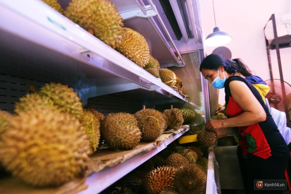 Chuyện lạ ở Sài Gòn: Đội nắng xếp hàng mua sầu riêng, ăn xong phải trả lại hạt để lấy tiền cọc 7