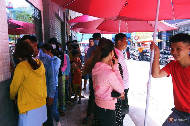 Chuyện lạ ở Sài Gòn: Đội nắng xếp hàng mua sầu riêng, ăn xong phải trả lại hạt để lấy tiền cọc 2