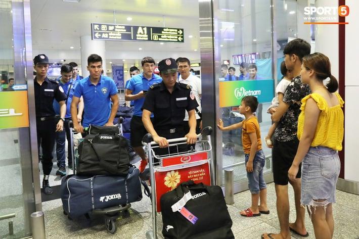 U23 Uzbekistan đã có mặt tại Hà Nội, sẵn sáng tái đấu với U23 Việt Nam - Ảnh 2.