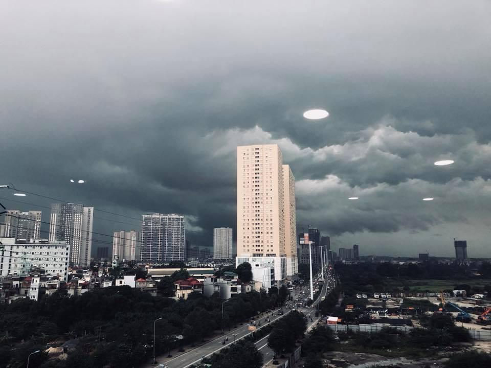Hà Nội: Mây đen phủ kín bầu trời như trong phim viễn tưởng 4