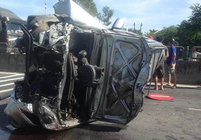 Hình ảnh Phá cửa ô tô, cứu 3 người mắc kẹt trên xe 7 chỗ bị lật ở Huế số 2