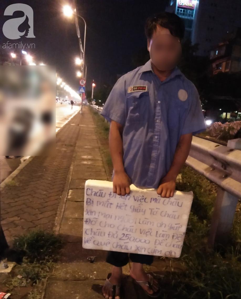 Hà Nội: Thanh niên trẻ xăm trổ, cầm biển xin 250 nghìn để về quê khiến nhiều người tò mò 1