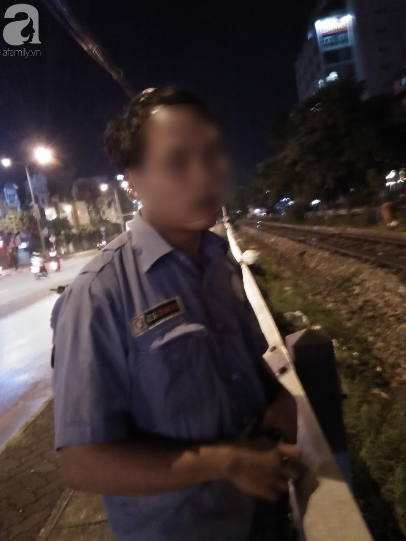 Hà Nội: Thanh niên trẻ xăm trổ, cầm biển xin 250 nghìn để về quê khiến nhiều người tò mò 5