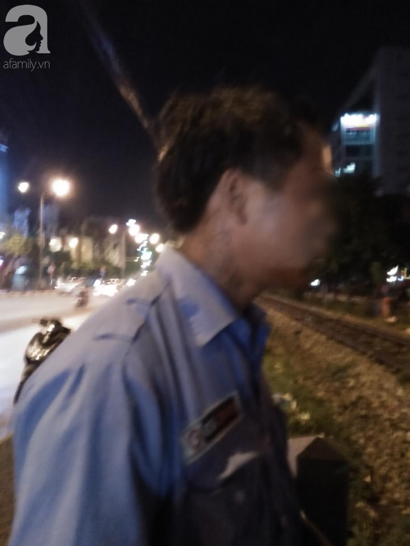 Hà Nội: Thanh niên trẻ xăm trổ, cầm biển xin 250 nghìn để về quê khiến nhiều người tò mò 7