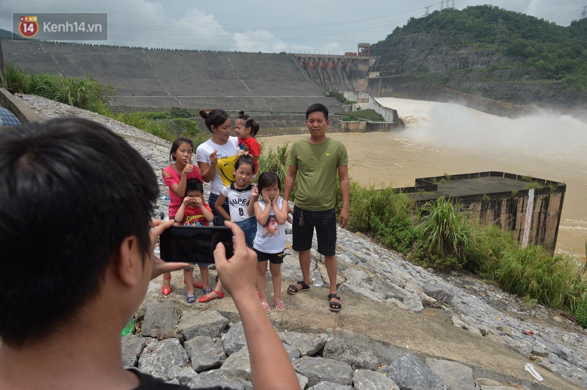 Người dân bất chấp nguy hiểm, kéo đến chụp ảnh thủy điện Hòa Bình xả lũ 6