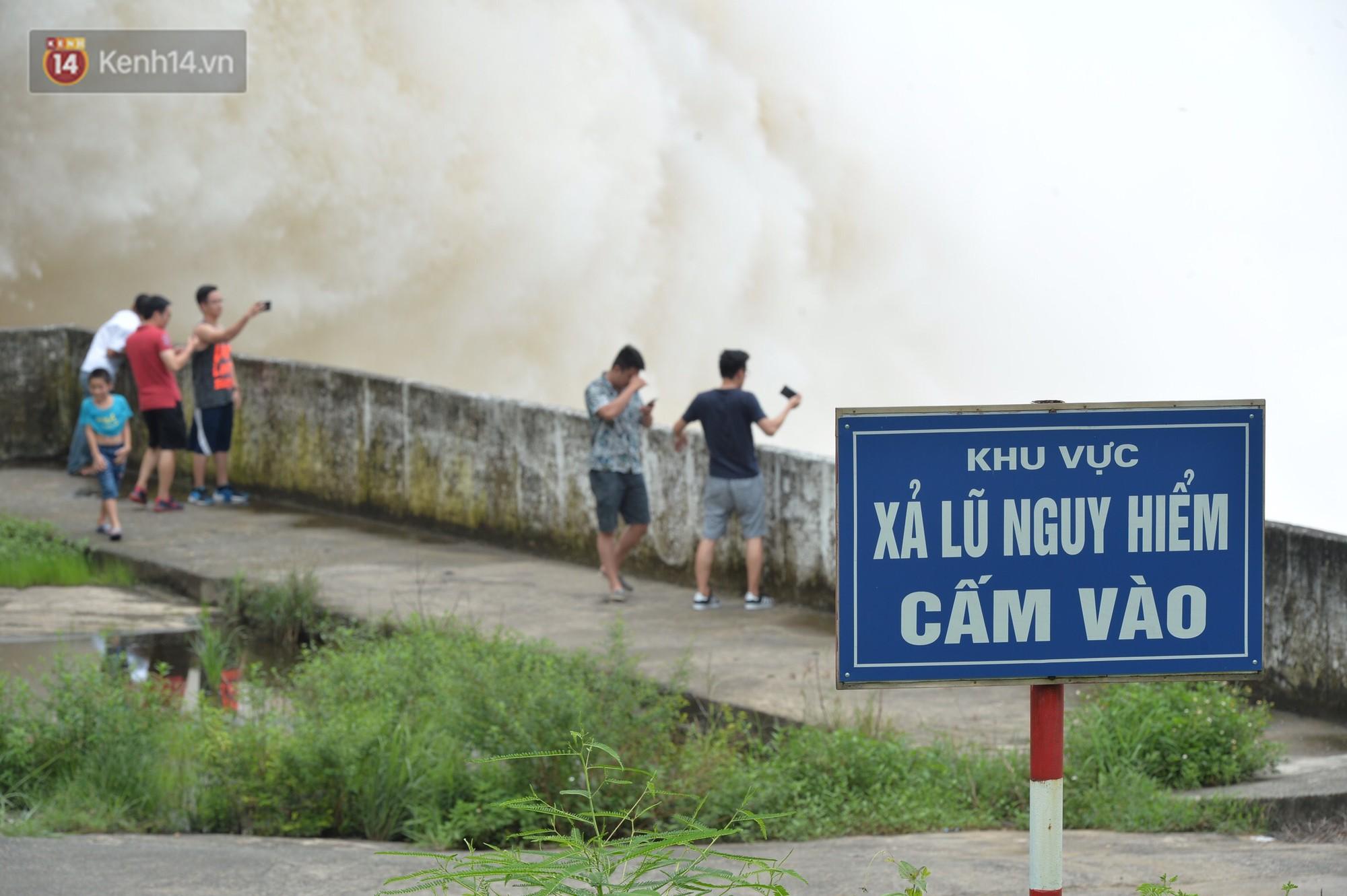 Người dân bất chấp nguy hiểm, kéo đến chụp ảnh thủy điện Hòa Bình xả lũ 3