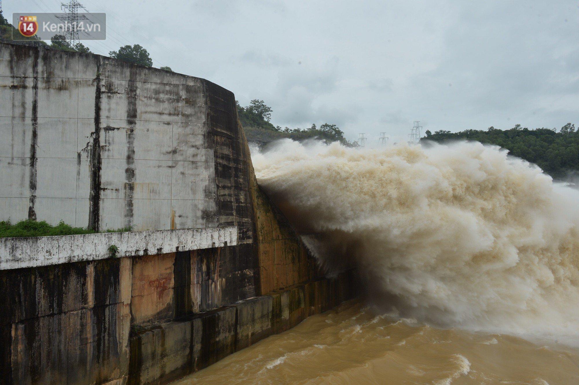 Người dân bất chấp nguy hiểm, kéo đến chụp ảnh thủy điện Hòa Bình xả lũ 1