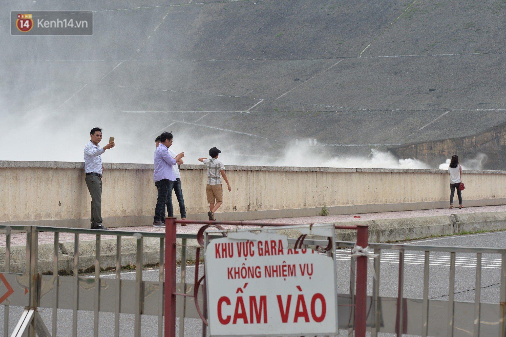 Người dân bất chấp nguy hiểm, kéo đến chụp ảnh thủy điện Hòa Bình xả lũ 8