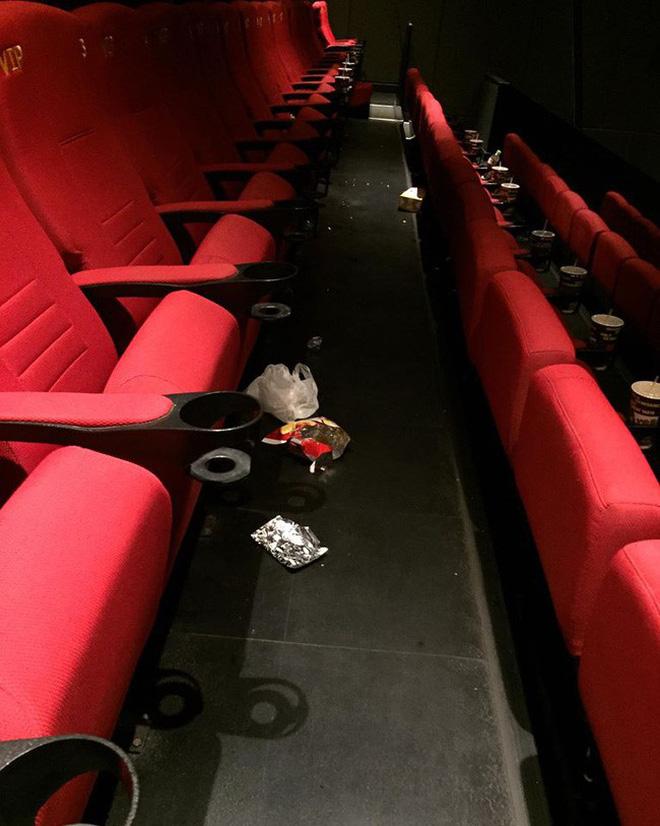 Khi câu chuyện ý thức trong rạp phim vẫn phải nói mãi: Xả rác, gác hẳn chân lên ghế trước và 'thân mật' như ở nhà, bao giờ mới hết? 5