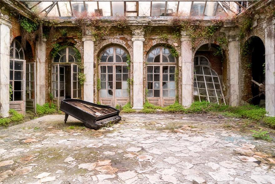 Cùng ngắm nhìn vẻ đẹp ma mị của 25 toà lâu đài và biệt thự bỏ hoang ở châu Âu 4