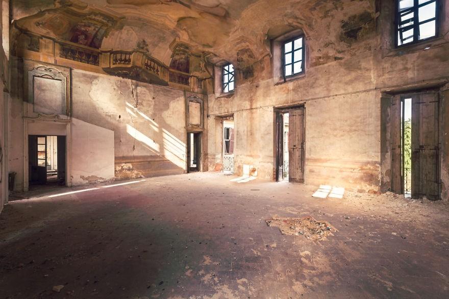 Cùng ngắm nhìn vẻ đẹp ma mị của 25 toà lâu đài và biệt thự bỏ hoang ở châu Âu 19