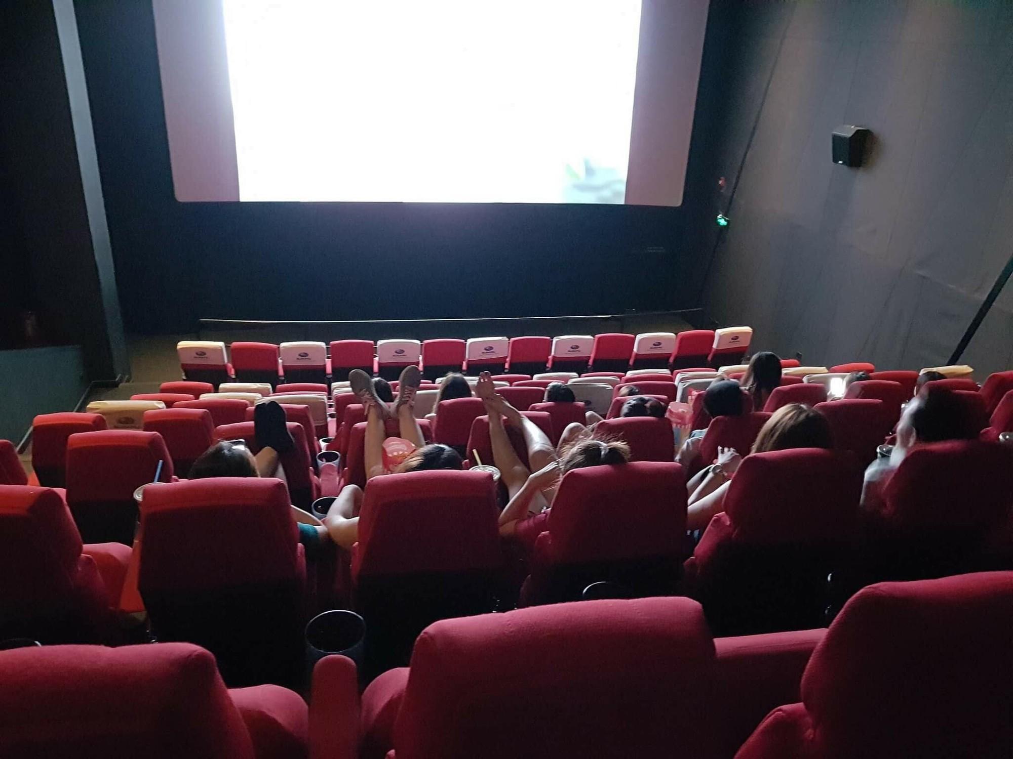 Khi câu chuyện ý thức trong rạp phim vẫn phải nói mãi: Xả rác, gác hẳn chân lên ghế trước và 'thân mật' như ở nhà, bao giờ mới hết? 8