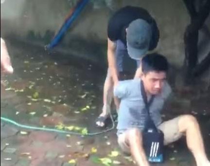 Hai người đàn ông trói tay, hành hung nam thanh niên giữa phố Hà Nội vì nghi trộm xe 1