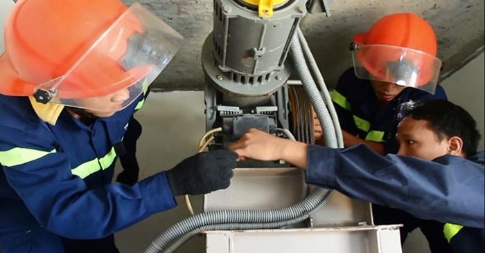 Phá cửa cứu nữ nhân viên bị mắc kẹt trong thang máy ở Đà Nẵng 1