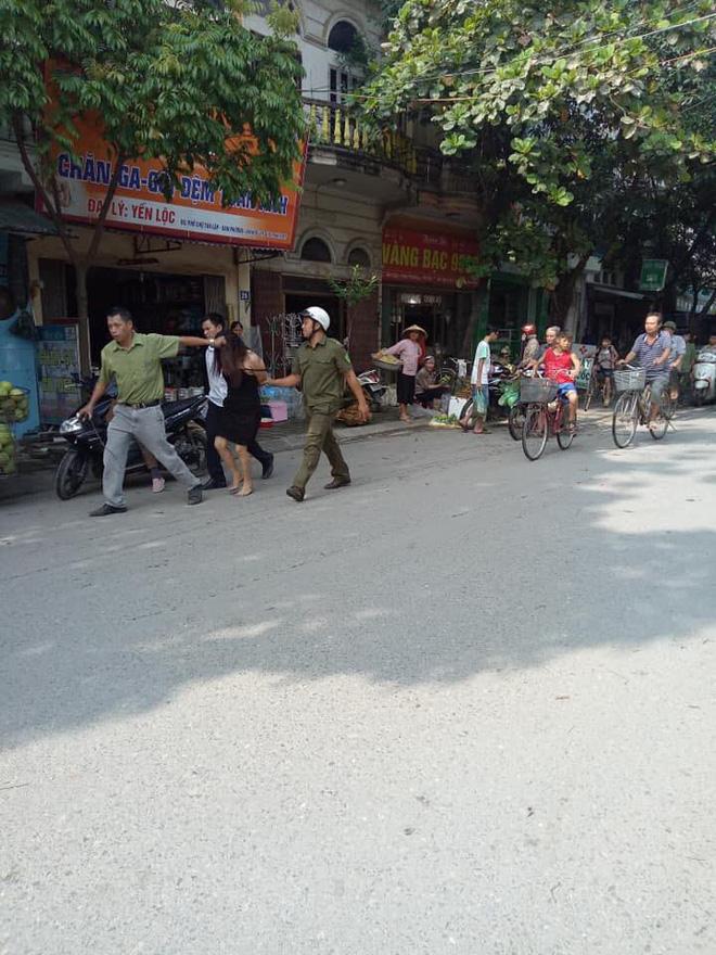 Hà Nội: Người phụ nữ có biểu hiện ngáo đá lao ra giữa đường chặn xe người dân 1