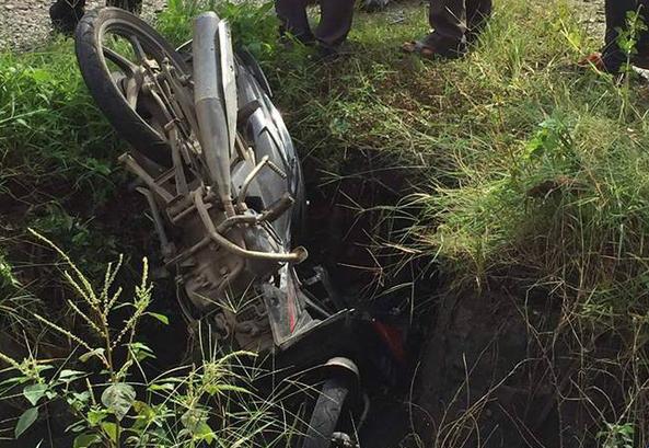 Ô tô chở phạm nhân va chạm với xe máy, người phụ nữ tử vong tại chỗ  - Ảnh 1.