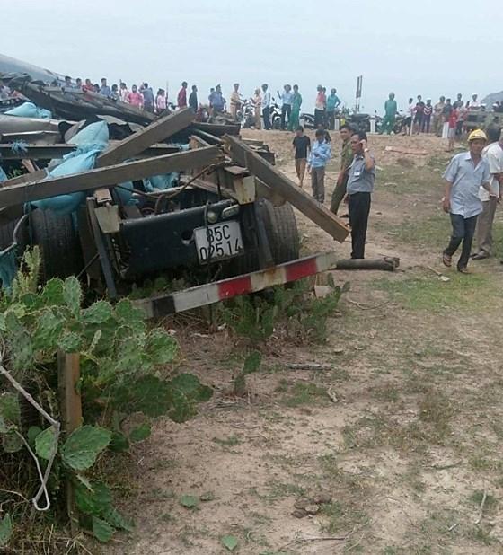 Hình ảnh Tàu hỏa trật khỏi đường ray khi tông xe tải chở muối, 2 người thương nặng, đường sắt Bắc-Nam tê liệt số 3