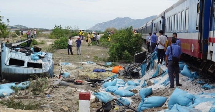 Hình ảnh Tàu hỏa trật khỏi đường ray khi tông xe tải chở muối, 2 người thương nặng, đường sắt Bắc-Nam tê liệt số 1