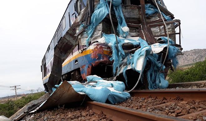 Hình ảnh Tàu hỏa trật khỏi đường ray khi tông xe tải chở muối, 2 người thương nặng, đường sắt Bắc-Nam tê liệt số 2