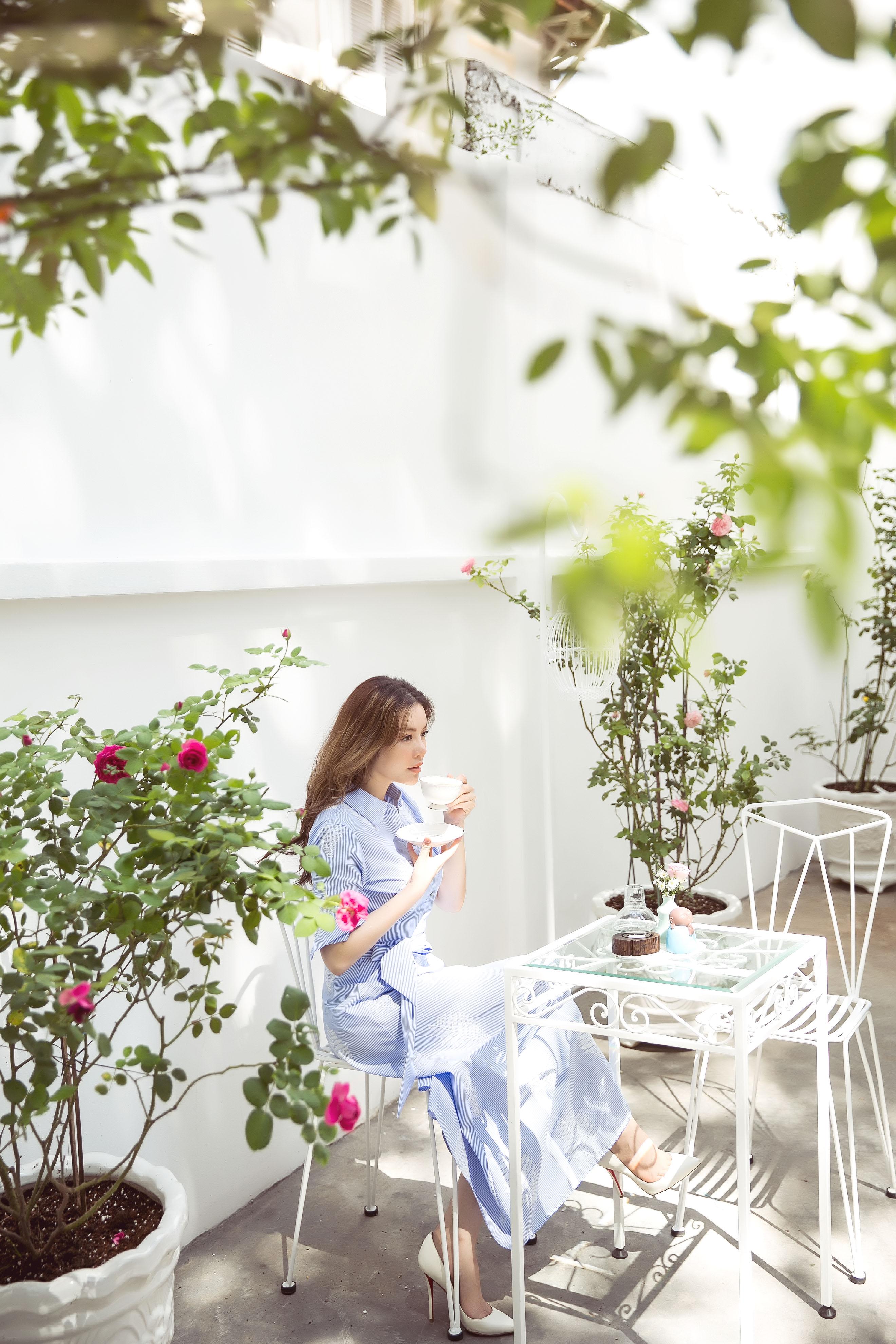 Hình ảnh Lãnh sự danh dự Lý Nhã Kỳ lãng mạn giữa vườn hồng số 1